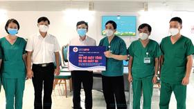 Ông Lê Xuân Thái - Chủ tịch Công đoàn EVNSPC (thứ ba từ trái sang) trao tặng 50 bộ máy tính và 50 máy in cho Bệnh viện Bạch Mai tại TPHCM