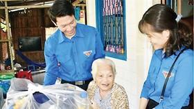 Thăm, tặng quà Mẹ Việt Nam Anh hùng. Ảnh minh họa