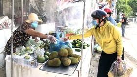Lắp vách ngăn phòng chống dịch tại chợ Ngã Ba Bầu, huyện Hóc Môn. Ảnh: BÙI ANH TUẤN