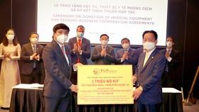 Ông Đỗ Quang Hiển, Chủ tịch HĐQT kiêm Tổng Giám đốc Tập đoàn T&T Group (bên phải) trao tặng 1 triệu bộ kit xét nghiệm Realtime RT-PCR nhằm phục vụ cho công tác phòng, chống dịch Covid-19 tại Việt Nam.