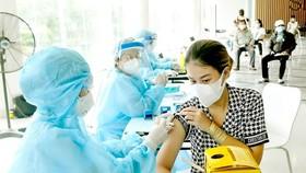 Tiêm vaccine Covid-19 cho người dân quận 7, TPHCM. Ảnh: CAO THĂNG