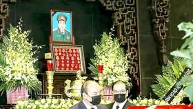 Đoàn các đồng chí lãnh đạo Đảng, Nhà nước do Chủ tịch nước Nguyễn Xuân Phúc dẫn đầu viếng Đại tướng Phùng Quang Thanh. Ảnh: TTXVN
