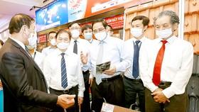 Thủ tướng Phạm Minh Chính tham quan khu vực trưng bày sản phẩm khoa học kỹ thuật. Ảnh: ĐOÀN BẮC