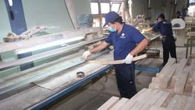 Sản xuất sản phẩm gỗ ở Công ty gỗ Tường Văn, thị xã Tân Uyên, Bình Dương