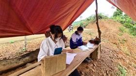 """Hai chị em Hồ Thị Son và Hồ Thị Thanh Huyền phải lên núi dựng lán """"hứng sóng"""" học online"""