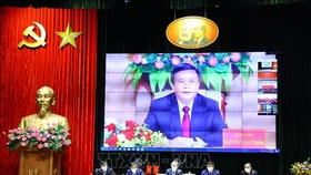 Đồng chí Nguyễn Xuân Thắng, Ủy viên Bộ Chính trị, Giám đốc Học viện Chính trị quốc gia Hồ Chí Minh, Chủ tịch Hội đồng Lý luận Trung ương Đảng Cộng sản Việt Nam phát biểu đề dẫn từ điểm cầu Hà Nội. Ảnh: TTXVN