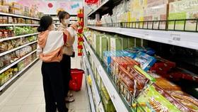 Kẹo dừa Bến Tre và nhiều thương hiệu Việt được bày bán trong siêu thị. Ảnh: HOÀNG HÙNG