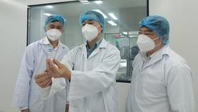 Thứ trưởng Bộ Y tế Trần Văn Thuấn kiểm tra vaccine Nanocovax do Công ty cổ phần Công nghệ sinh học dược Nanogen sản xuất