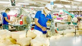 Nhân viên Công ty dệt may Nguyên Dung, quận 12, đi làm trở lại khi xác nhận tiêm 2 mũi vaccine. Ảnh: HOÀNG HÙNG