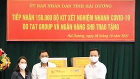 Đại diện Tập đoàn T&T Group và Ngân hàng SHB trao tặng 150.000 bộ kit xét nghiệm test nhanh Covid-19 cho lãnh đạo tỉnh Hải Dương