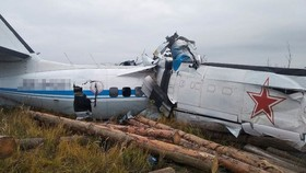 Hiện trường vụ rơi máy bay tại Nga. Ảnh: REUTERS