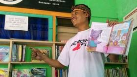Rudiat giới thiệu thư viện sách Ảnh: Channel News Asia
