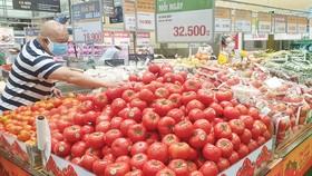 Người dân chọn mua hàng tại siêu thị Emart, quận Gò Vấp, TPHCM, tối 13-10. Ảnh: LẠC PHONG