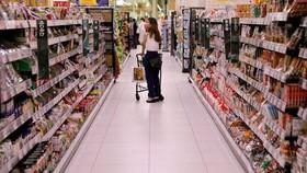 Người tiêu dùng mua sắm tại siêu thị ở Nhật Bản. Ảnh: Reuters