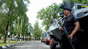 An Indonesian policeman guards near a police station after a stabbing attack in Medan (Photo: AFP/VNA)