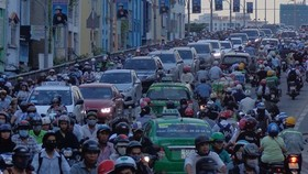 Heavy traffic on Kênh Tẻ Bridge connecting HCM City's districts 4 and 7. — VNS File Photo.