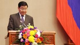 Thủ tướng Chính phủ Lào Thonglune Sisulith đọc báo cáo tại kỳ họp