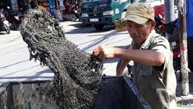 Ông Nguyễn Ngọc Đức vớt rác tại kênh Chiến Lược