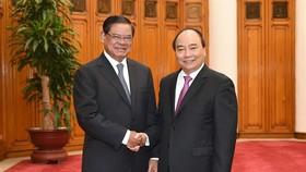 Thủ tướng Nguyễn Xuân Phúc tiếp Phó Thủ tướng, Bộ trưởng Nội vụ Campuchia Samdech Krolahom Sar Kheng. Ảnh: VGP