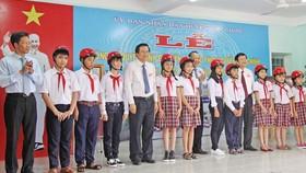Phó Thủ tướng Trương Hòa Bình, nguyên Chủ tịch nước - Trương Tấn Sang trao học bổng và quà tặng cho học sinh nghèo, có hoàn cảnh khó khăn của trường. Ảnh: Báo Long An