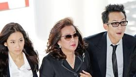 Con trai cựu Thủ tướng Thái Lan Thaksin Shinawatra, ông Panthongtae Shinawatra (phải) tới dự phiên điều trần tại Tòa án Hình sự Bangkok ngày 24-8. Ảnh: TTXVN
