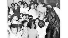Bác Hồ thăm thiếu nhi miền Nam tập kết ra Bắc ở tỉnh Thanh Hóa (năm 1957)