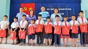 Tặng học bổng, quà và máy vi tính cho học sinh nghèo huyện Bến Cầu