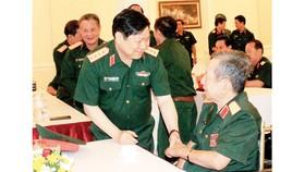 Đại tướng Ngô Xuân Lịch, Ủy viên Bộ Chính trị, Bộ trưởng Bộ Quốc phòng, thăm hỏi tướng lĩnh quân đội về hưu