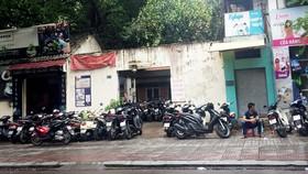 Bãi giữ xe trên vỉa hè đường Nguyễn Du, quận 1, TPHCM