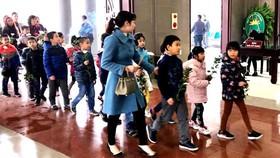 Nhiều bạn học cùng lớp tới tiễn biệt Hải An