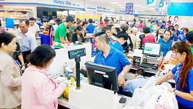 Người tiêu dùng mua sắm tại hệ thống siêu thị Co.opmart