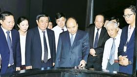 Thủ tướng Nguyễn Xuân Phúc thăm Trung tâm khám phá khoa học. Ảnh: TTXVN