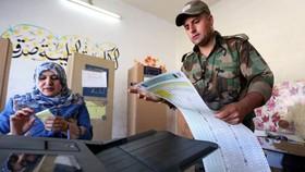 Binh sĩ Iraq đi bỏ phiếu sớm tại thủ đô Baghdad, Iraq