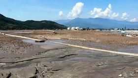 Túi bùn khổng lồ uy hiếp cảng Chân Mây