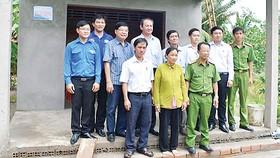 Ông Nguyễn Khắc Vũ - Chủ tịch kiêm Giám đốc Công ty TNHH MTV Xổ số kiến thiết Bến Tre và ông Lưu Hoàng Tân - Chủ tịch kiêm Giám đốc Công ty TNHH MTV Xổ số kiến thiết Đồng Tháp (người thứ ba và thứ tư hàng trên) chụp hình lưu niệm và chung vui cùng các gia