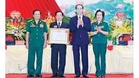 Chủ tịch nước Trần Đại Quang trao tặng Huân chương Lao động hạng Ba cho Hiệp hội Doanh nhân Cựu Chiến binh Việt Nam. Ảnh: TTXVN