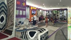 Khách hàng tìm hiểu sản phẩm thảm Nhi Long tại quận 7