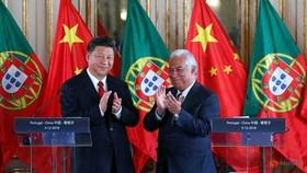 Chủ tịch Trung Quốc Tập Cận Bình (trái) trong chuyến thăm Bồ Đào Nha năm 2018