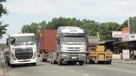 Xe container giành hết mặt đường chính trong KCN Sóng Thần, TX Dĩ An. Ảnh: VĂN PHONG