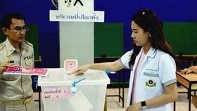 Cử tri bỏ phiếu sớm tại một địa điểm bầu cử ở Bangkok, Thái Lan. Ảnh: AFP/TTXVN