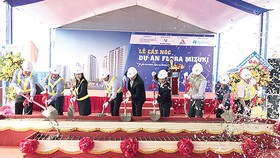 Công ty CP Tập đoàn Xây dựng Hòa Bình cất nóc công trình chung cư Flora Mizuki