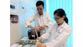 Th.S Nguyễn Văn Thắng và đồng nghiệp đang nghiên cứu tại Phòng thí nghiệm Kỹ thuật Hạt nhân Trường ĐH Khoa học Tự nhiên (ĐH Quốc gia TPHCM)