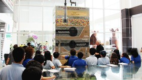 Ông Kevin Moore giới thiệu mô hình cấu tạo các lớp lót đáy ở bãi chôn lấp Đa Phước. Ảnh: HỒNG THÚY