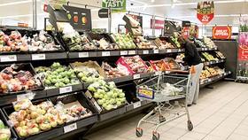 Người tiêu dùng Anh chọn mua thực phẩm tại siêu thị