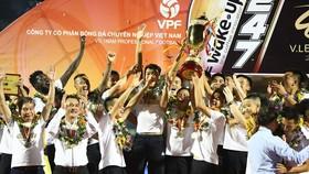 CLB bóng đá Hà Nội nâng Cup vô địch mùa giải V-League 2019