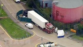 Cảnh sát phong tỏa chiếc xe container chở hàng chứa 39 thi thể ở hạt Essex, miền Đông Anh ngày 23-10-2019. Ảnh: AP/TTXVN