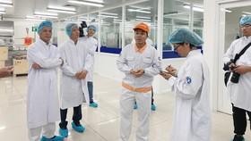 Đoàn công tác gồm Sở Y tế, Sở Tư Pháp và Ban an toàn vệ sinh thực phẩm TPHCM đang kiểm tra quy trình sản xuất sữa học đường cung cấp cho các trường học trên địa bàn TPHCM
