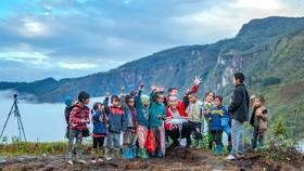 Tùng Nếm (người cầm flycam) ghi lại khoảnh khắc cùng trẻ em vùng cao