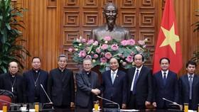 Thủ tướng Nguyễn Xuân Phúc cùng đoàn Hội đồng Giám mục Việt Nam. Ảnh: Thống Nhất/TTXVN