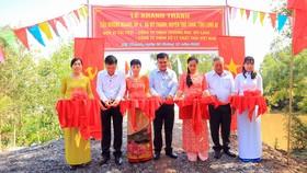 Cắt băng khánh thành cầu Mương Ngang tại ấp 4 xã Mỹ Thạnh, huyện Thủ Thừa, tỉnh Long An